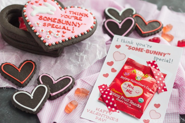 How to make a gift box out of cookies! This is actually a lot easier than it sounds. Plus a cute free printable Valentine!