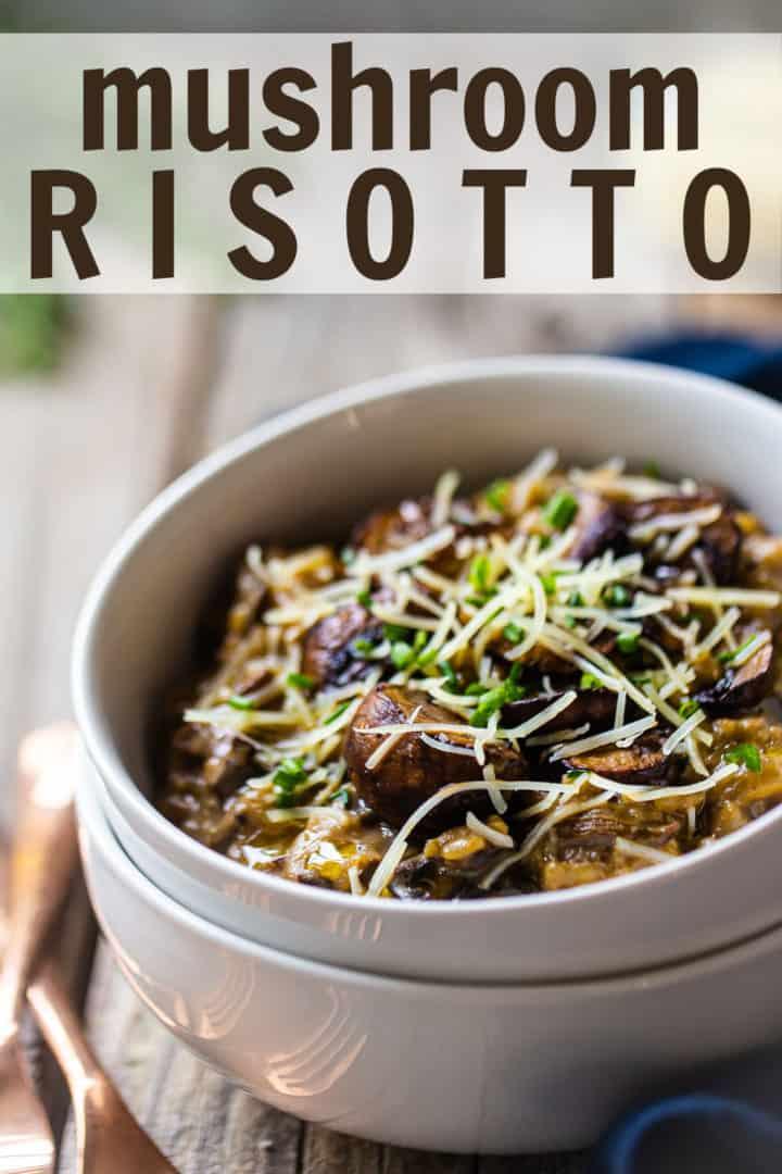 """Receita de risoto de cogumelos, preparada e servida em tigelas rasas com parmesão, óleo de trufas e ervas frescas, com uma sobreposição de texto acima que diz """"Risoto de cogumelo."""""""